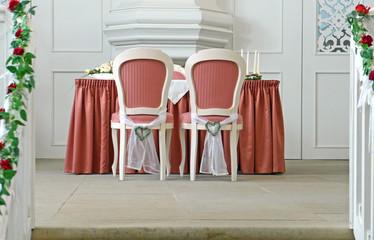 Die Stühle des Brautpaars