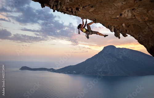 Canvas Extreme Sporten Young female rock climber at sunset, Kalymnos Island, Greece