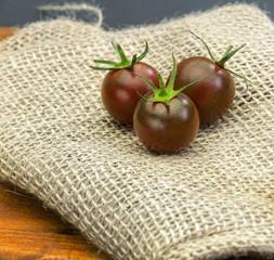 Ciemne czerwone małe pomidory