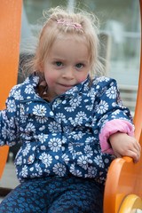 Kleines Mädchen auf Spielplatz