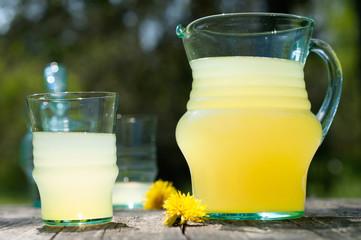 Frischer Orangensaft in Glaskaraffe