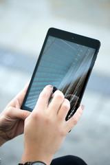 Tablet mit Foto bedient von Frauenhand
