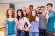 Jugendliche Gruppe hält Daumen hoch