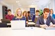 Schüler in Schule arbeiten mit Computer