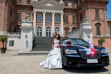 Sposi con auto alla reggia