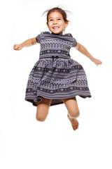 enfant saute de joie sur fond blanc