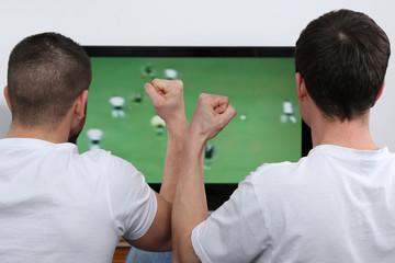 Junge Leute schauen Fußball im Fernsehen