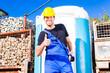 Bauarbeiter benutzt mobile Toilette einer Baustelle