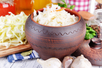 Composition with fresh and marinated cabbage (sauerkraut),