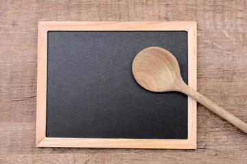 Schiefertafel mit Holzlöffel