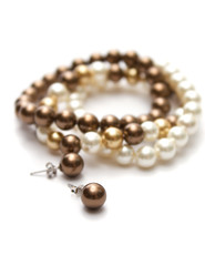 Bracelet of brown, yellow and white pearls.