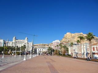 Plaza del Mar y castillo Alicante España