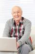 Rentner mit Computer im Internet