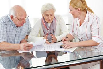 Senioren bekommen Beratung zu Finanzthemen