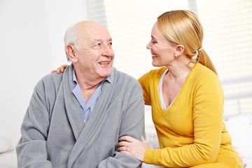 Frau und alter Mann im Seniorenheim lächeln
