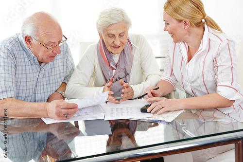 Leinwanddruck Bild Senioren bekommen Beratung zu Finanzthemen