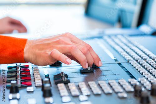 Radiomoderatorin in Radiosender auf Sendung - 60437845