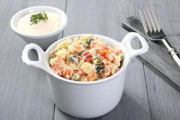 insalata russa tradizionale sfondo grigio