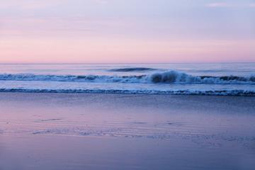 wellen am strand am abend