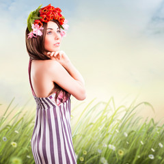 junge brünette Frau vor Sommerwiese