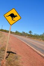 Panneau d'avertissement sur un chemin courbant dans l'Outback australien
