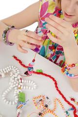fillette fabriquant bijoux