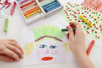 fillette dessinant avec pastels