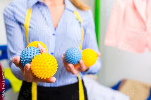 Textilreinigerin  in einer Reinigung