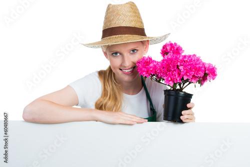 gärtnerin mit pflanze und werbeschild
