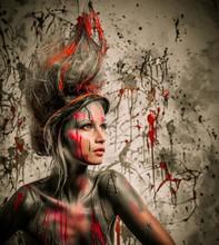 Młoda kobieta z twórczego muza sztuki ciała i fryzurze