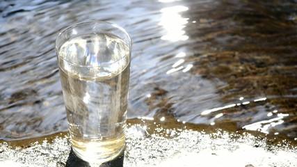 水辺のきらめきとコップの水