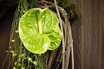 Kranz Blätter grün Wand braun