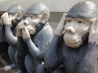 Monkeys statue see speak and hear no evil