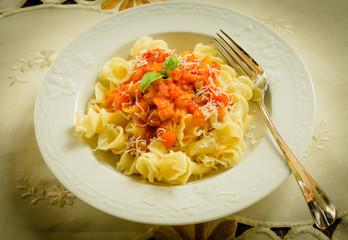Gigli di semola con pomodoro e peperoni, cucina italiana