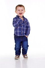 petit garçon sur fond blanc éclate de rire