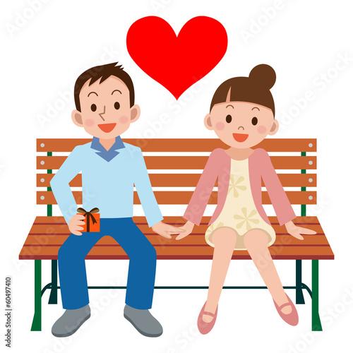 記念日にベンチに座るカップル