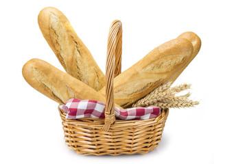 Cesta de mimbre con barras de pan aislada sobre fondo blanco