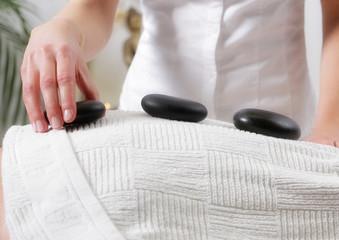Massage mit warmen Steinen