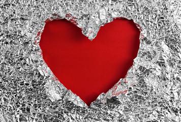Rotes Herz in Aluminiumfolie