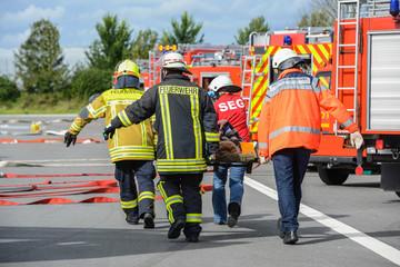 Feuerwehr trägt verletzte Person