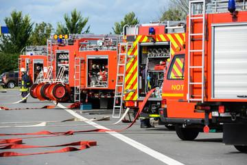 Feuerwehrfahrzeuge stehen in einer Reihe an einer Einsatzstelle