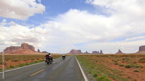 Leinwandbild Motiv motos en route vers Monument Valley, Arizona