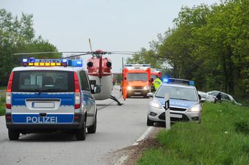Rettungskräfte an einer Unfallstelle