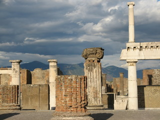 Italie - Pompéi sssous un ciel nuageux