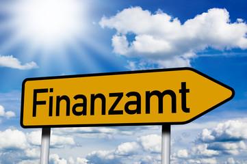 Wegweiser mit Finanzamt