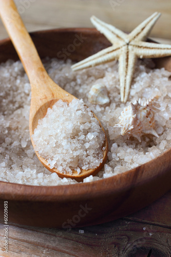 Leinwanddruck Bild Sea salt for spa in wooden bowl with starfish and seashells