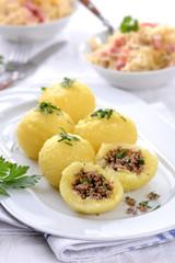 Kartoffelknödel mit Hackfleischfüllung, dazu Speckkraut