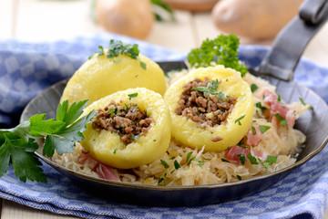 Gefüllte Kartoffelknödel mit Speckkraut in der Pfanne serviert