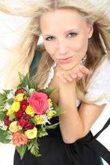 Frau im Dirndl mit Blumen