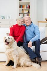 senior paar mit hund zu hause